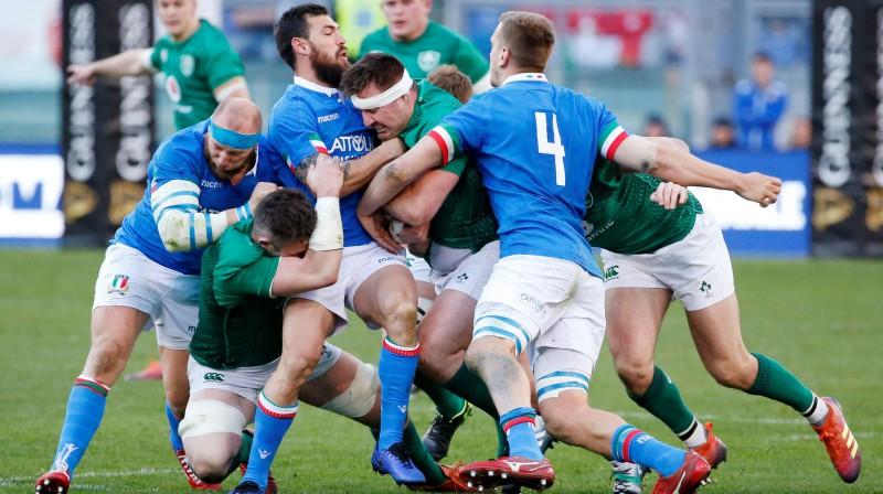 Itālijas regbija izlase cenšas apturēt Īrijas uzbrukumu. Foto: Reuters/Scanpix