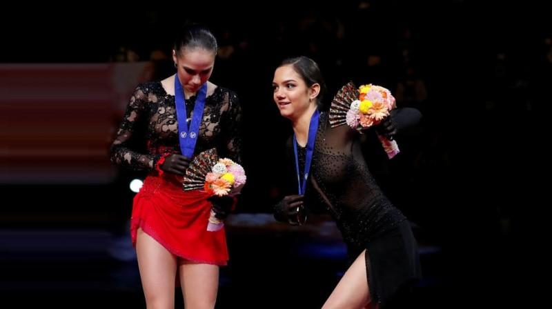 Jevgeņija Medvedeva  pievienojas Alīnai Zagitovai uz pasaules čempionāta pjedestāla. Foto: Reuters/Scanpix