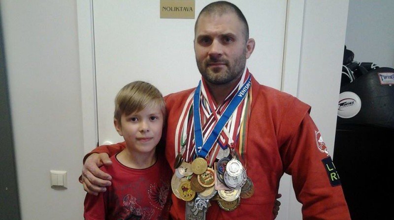 Vladislavs Čerņavskis ar medaļām. Foto: bjjee.com
