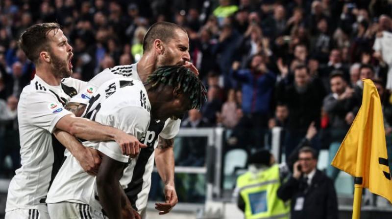 """Turīnas """"Juventus"""" spēlētāji svin Moizes Kena uzvaras vārtus. Foto: AFP/Scanpix"""