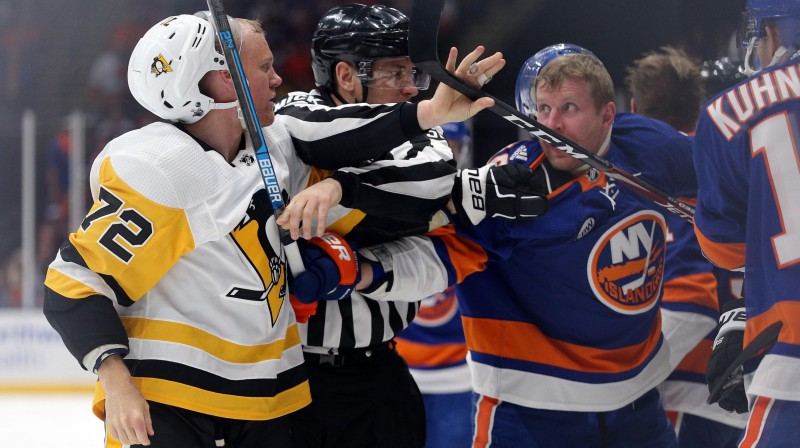 """""""Penguins"""" hokejists Pātriks Hērnkvists pēc saķeršanās ar """"Islanders"""" spēlētāju Leo Komarovu. Foto: Reuters/Scanpix"""