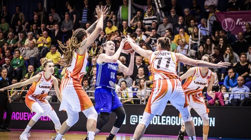 Breana Stjuarte UGMK spēlētāju ielenkumā. Foto: FIBA