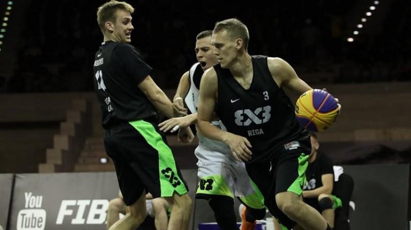 Nauris Miezis un Kārlis Pauls Lasmanis. Foto: FIBA