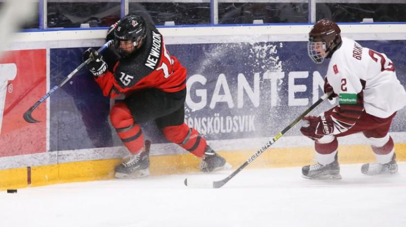 Harijs Brants spēlē pret Kanādu. Foto: Chris Tanouye/IIHF