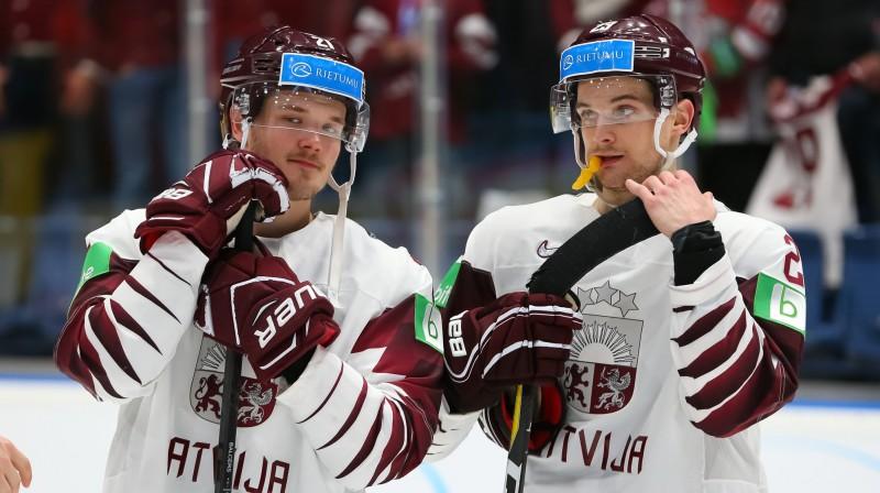 Rūdolfs Balcers (pa kreisi) un Teodors Bļugers. Foto: Andre Ringuette/HHOF-IIHF Images