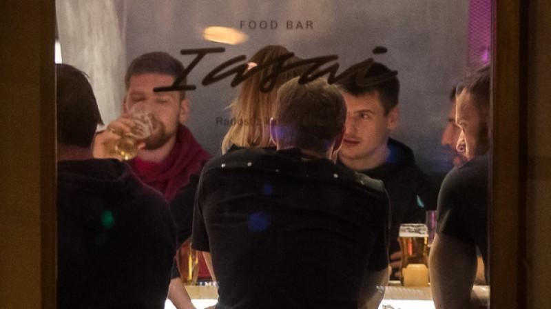 Krievijas izlases uzbrucējs Jevgeņijs Kuzņecovs ierauj Bratislavas restorānā. Foto: Matej Kalina / sport24.pluska.sk