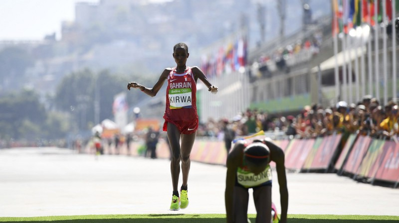 Zeltu guvusī Džemima Sumgonga atpūšas pēc finiša Riodežaneiro olimpiskajās spēlēs, kamēr otrajā vietā finišē Junisa Kirva. Foto: Reuters/Scanpix