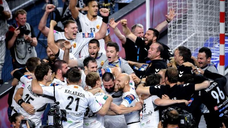 Dainis Krištopāns ar komandas biedriem līksmo par uzvaru Čempionu līgā. Foto: EPA/Scanpix