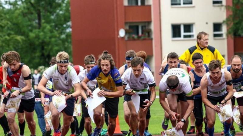Latvijas čempionāta sprinta stafetes sacensību starts. Foto: Latvijas Orientēšanās federācija