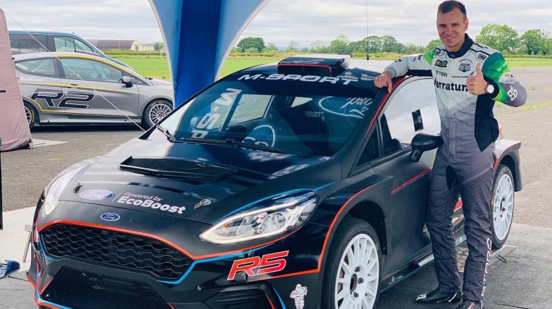 Jānis Baumanis pie testu auto
