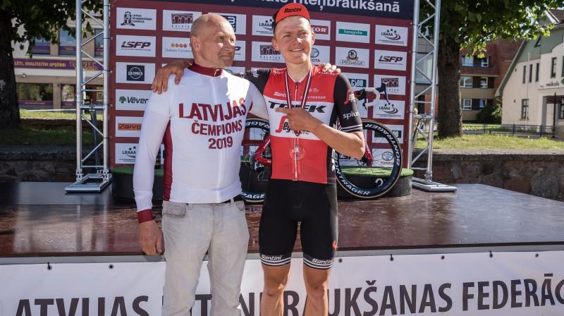 Toms Skujiņš ar savu pirmo treneri Jāni Krišlauku. Foto: lrf.lv
