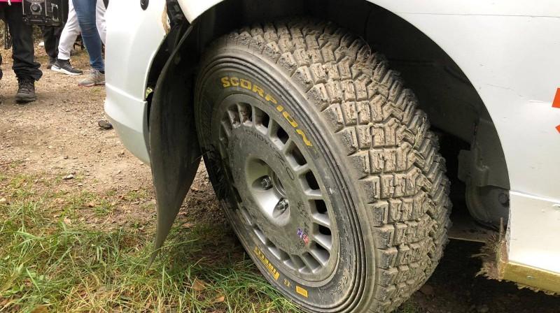 Mārtiņa Seska automašīnas ritenis pēc neveiksmes. Foto no sportista Facebook profila