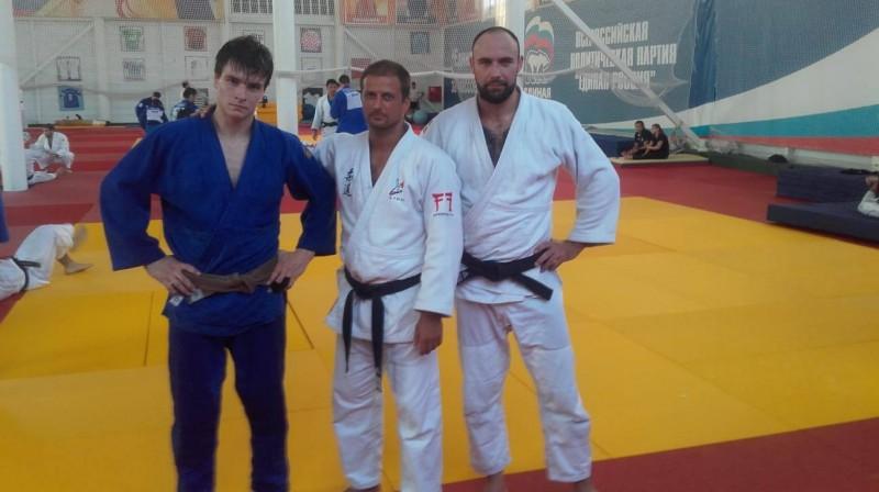 """Aleksejs Zarudņevs (no kreisās), treneris Vladimirs Grils un Latvijas labākais džudists Jevgeņijs Borodavko. Foto: Džudo klubs """"Lido"""""""