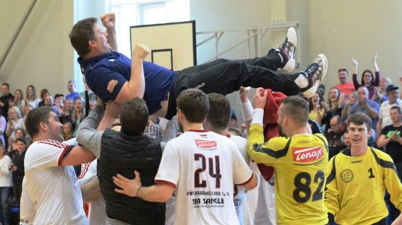 """Sandris Veršakovs uz """"Tenax"""" handbolistu rokām. Foto: GL Sports Photography"""