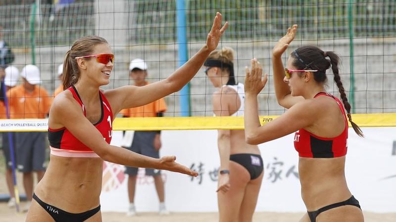 Tīna Graudiņa un Anastasija Kravčenoka. Foto: beachvolleyball.ioqt.2019.fivb.com