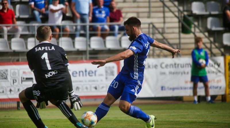 Valērijs Šabala ar bumbu. Foto: miedzlegnica.eu