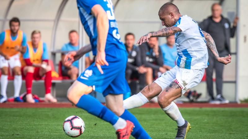 Deniss Rakels izpilda sitienu spēlē pret RFS. Foto: Zigismunds Zālmanis (Riga FC)