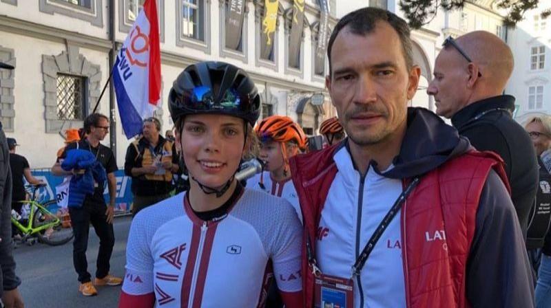 Līna Svarinska ar treneri Raivi Belohvoščiku. Foto: Marina Jasjukeviča