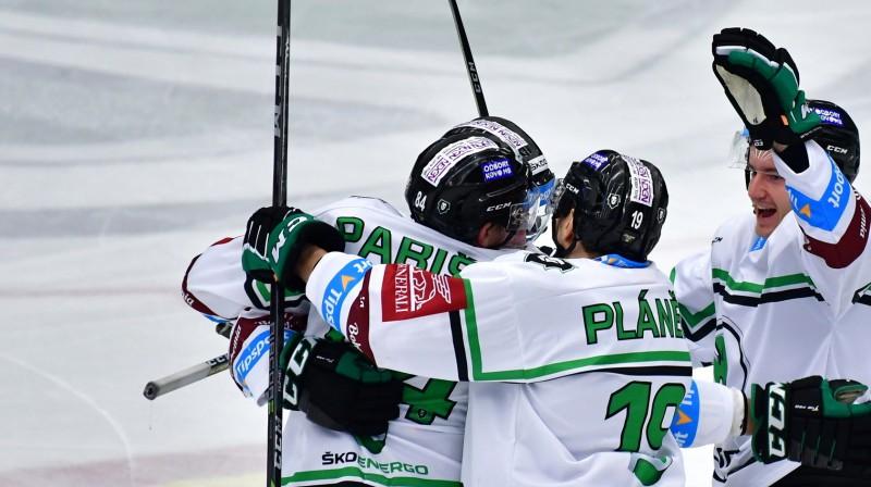 Māri Bičevskis (no labās) kopā ar komandas biedriem svin vārtu guvumu. Foto: bkboleslav.cz