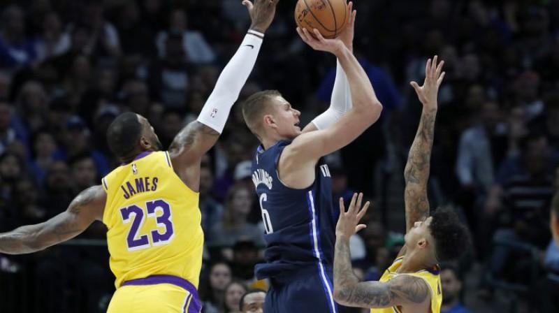"""Kristaps Porziņģis pret """"Lakers"""" un Lebronu Džeimsu. Foto: AP/Scanpix"""