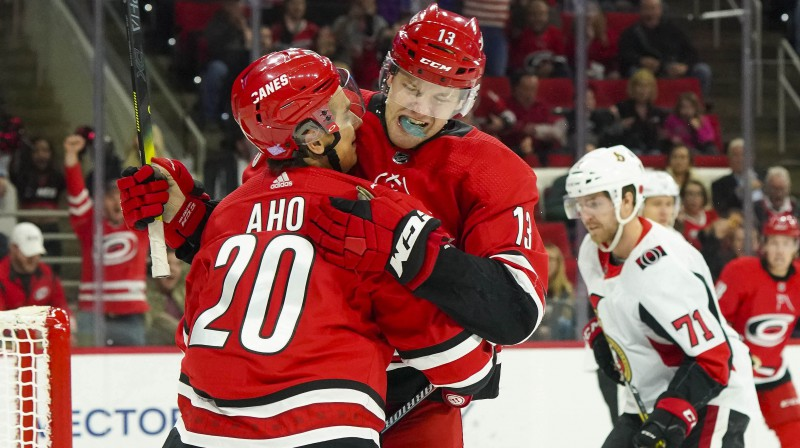 Sebastjans Aho un Varens Fogels pēc vārtu guvuma. Foto: James Guillory/USA Today Sports/Scanpix