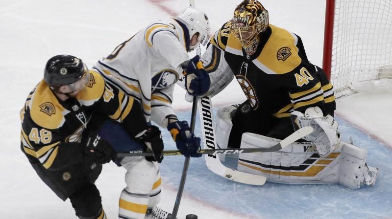 """Zemgus Girgensons uzbrukumā Bostonas """"Bruins"""" vārtiem. Foto: Elise Amendola/AP/Scanpix"""
