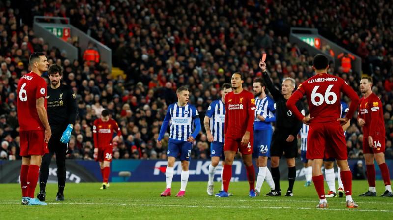"""""""Liverpool"""" vārtsargs Alisons tiek noraidīts Premjerlīgas spēlē. Foto: Reuters/Scanpix"""