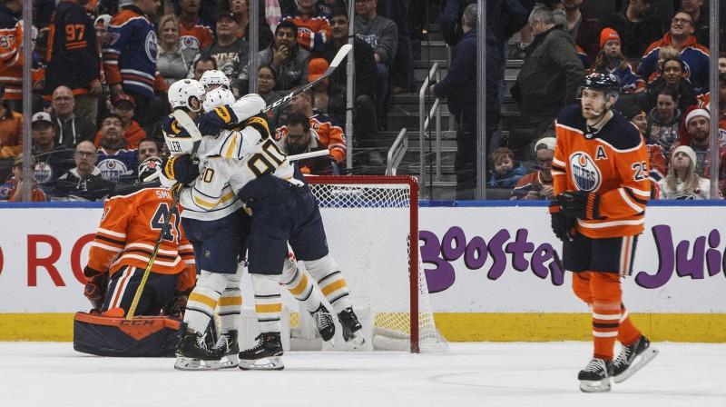 """Bufalo """"Sabres"""" hokejisti priecājas par uzvaru spēlē pret Edmontonas """"Oilers"""". Foto: AP/Scanpix"""