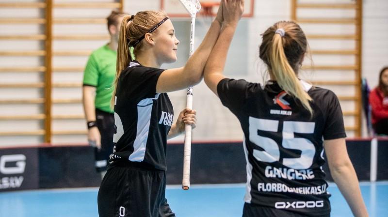 """Jūlija Rozīte un Laura Gaugere nomainījušas izlases formu pret """"Rubenes"""" krekliem Foto: Floorball.lv"""