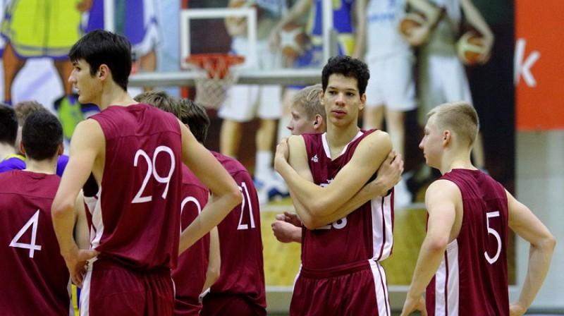 Noa Viljamsons ar komandas biedriem. Foto: Siim Semiskar, basket.ee