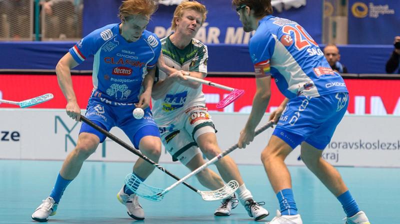 Jonas Pulsī (centrā) pret savu bijušo komandu iemeta trīs vārtus Foto: IFF Floorball