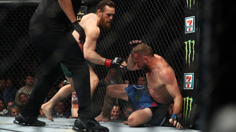 Konors Makgregors izdara sitienu pa zemē nogāzto Donaldu Seroni. Foto: USA Today Sports/Scanpix