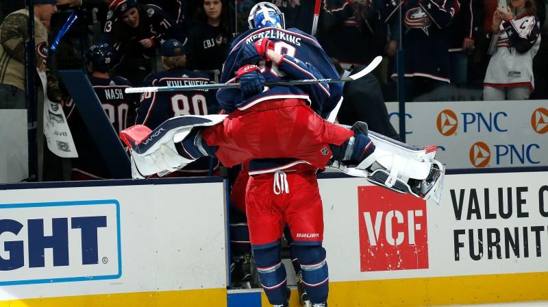 Elvis Merzļikins un Niks Folinjo svin uzvaru. Foto: AFP/Scanpix