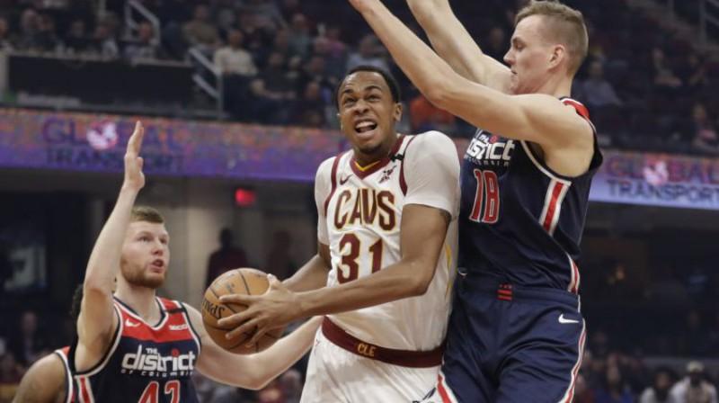 """Dāvis Bertāns un Anžejs Pasečņiks spēlē pret """"Cavaliers"""". Foto: AP/Scanpix"""