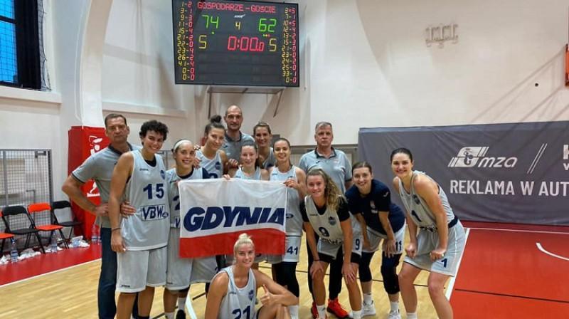 "Gundars Vētra un ""Arka Gdynia"" basketbolistes 2020. gada 4. septembrī. Foto: Arka Gdynia"