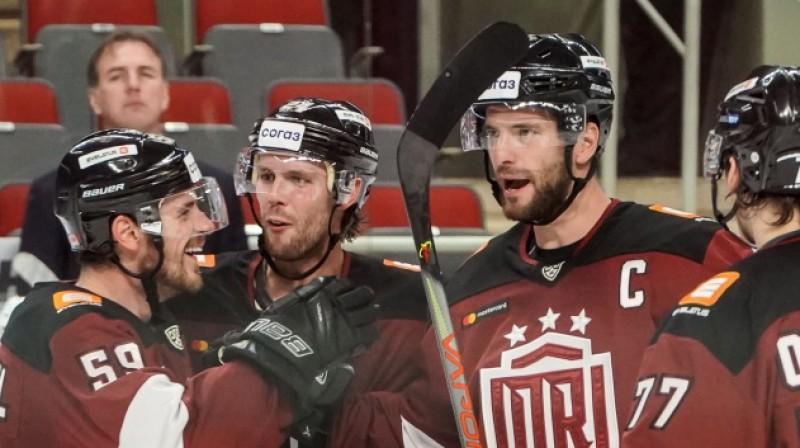 """Rīgas """"Dinamo"""" kapteinis Lauris Dārziņš un komandas biedri. Foto: KHL"""