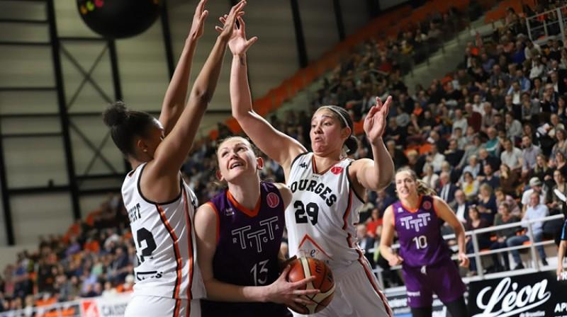 """Aija Klakocka cīņā ar """"Bourges"""" spēlētājām. Foto: FIBA"""