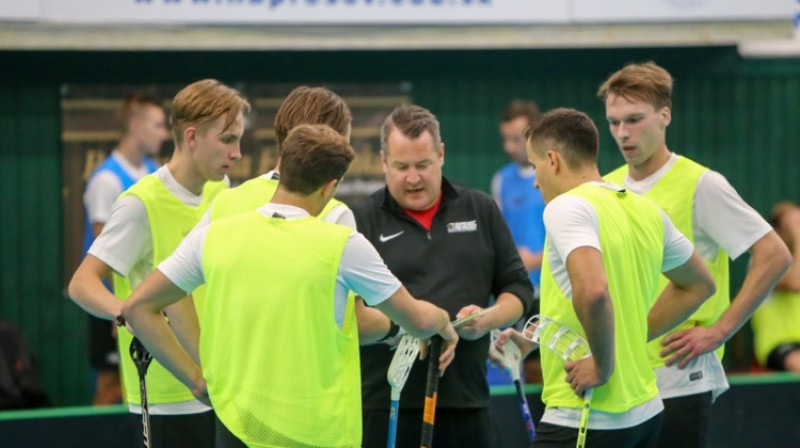 Izlases galvenais treneris Arto Rīhimeki treniņa laikā. Foto: Ritvars Raits, floorball.lv