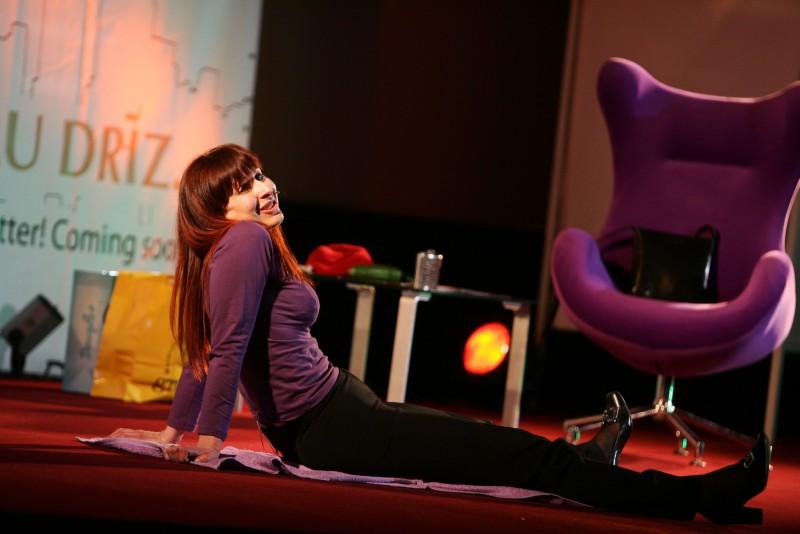 Absolūti atklāts latviešu sievietes miesas stāsts stand-up komēdijā ar Zani Daudziņu