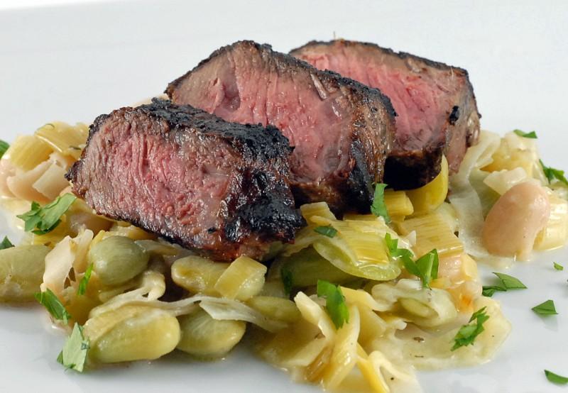 Īsts gardums- grilēts liellopu filejas steiks ar baltajām pupiņām un puraviem