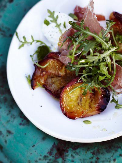 Ceptu persiku un Parmas šķiņķa salāti
