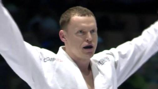 Cīkstonis Aleksandrs Blins Latvijai izcīna pirmo pasaules čempionāta zeltu BJJ