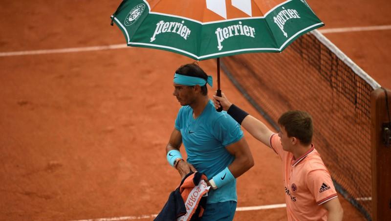 Nadals sakauts pirmajā setā, otrajā viņu izglābj lietus