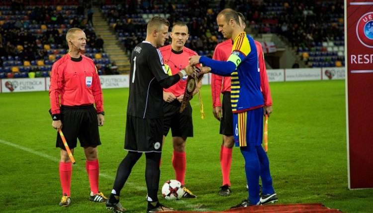 Andoras kapteinis iesaistās Twitter diskusijā ar latviešiem