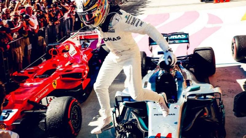 """Hamiltons ar minimālu pārsvaru kvalifikācijā ASV sakauj """"Ferrari"""" pilotus"""