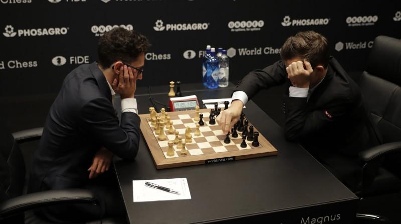 Cīņa starp Kārlsenu un Karuanu par pasaules čempiona troni šahā sākas ar neizšķirtu