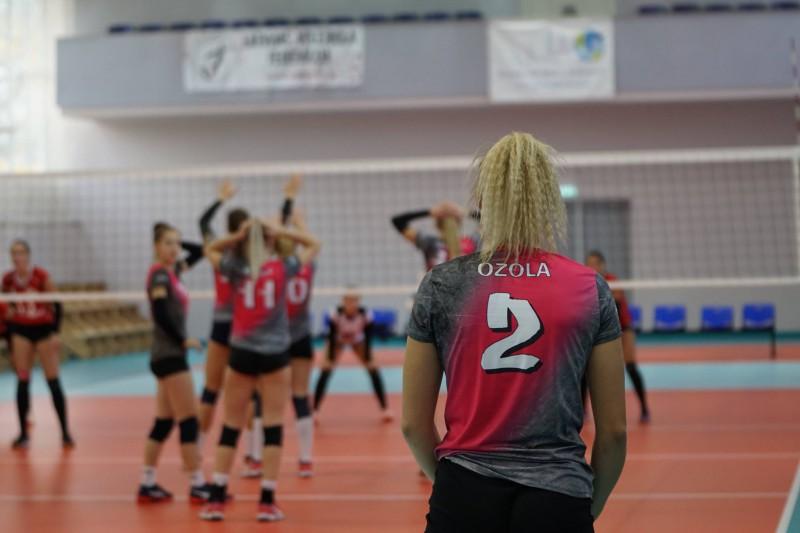 RVS volejbolistes dzenas pakaļ līderēm
