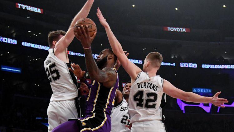 """Bertānam trīs tālmetieni pret """"Lakers"""", Kurucs nespēlē no rokām izlaistā uzvarā"""