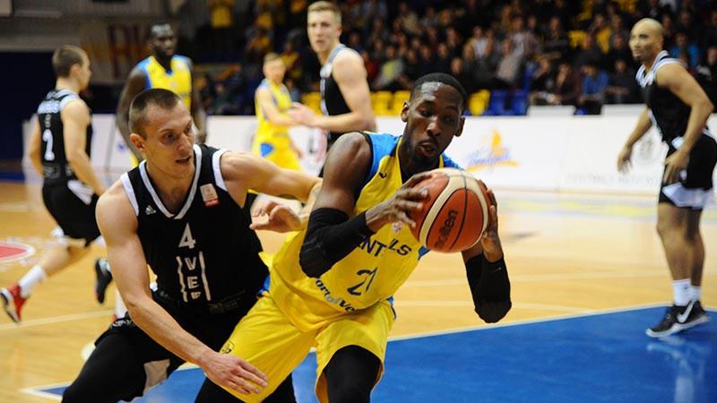 """Latvijas basketbola klasikā atkal strīdīgas beigas un """"Ventspils"""" uzvara"""