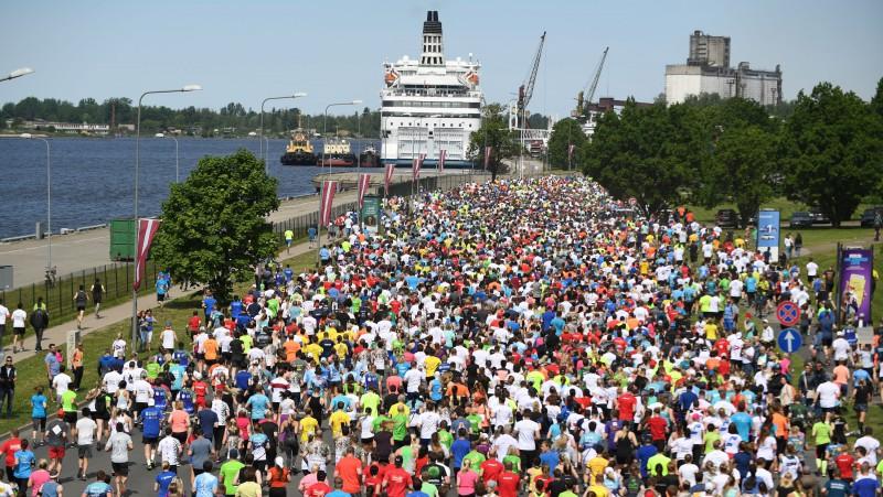 """""""Twitter"""" čalas: Rīgas maratona neatcelšana - Covid-19 atbalsta skrējiens?"""